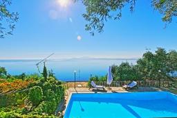 Бассейн. Греция, Нисаки : Прекрасная вилла с бассейном и видом на море, 3 спальни, 2 ванные комнаты, барбекю, парковка, Wi-Fi