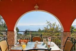 Обеденная зона. Греция, Нисаки : Прекрасная вилла с бассейном и видом на море, 3 спальни, 2 ванные комнаты, барбекю, парковка, Wi-Fi