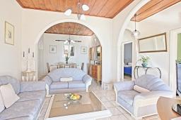 Гостиная. Греция, Нисаки : Прекрасная вилла с бассейном и видом на море, 3 спальни, 2 ванные комнаты, барбекю, парковка, Wi-Fi