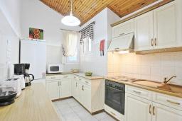 Кухня. Греция, Нисаки : Прекрасная вилла с бассейном и видом на море, 3 спальни, 2 ванные комнаты, барбекю, парковка, Wi-Fi