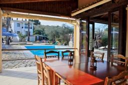 Обеденная зона. Греция, Карниарис : Роскошная вилла с большим бассейном и зеленым двориком с барбекю, 3 спальни, 3 ванные комнаты, парковка, Wi-Fi