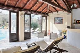 Гостиная. Греция, Карниарис : Роскошная вилла с большим бассейном и зеленым двориком с барбекю, 3 спальни, 3 ванные комнаты, парковка, Wi-Fi