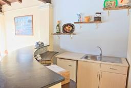 Кухня. Греция, Карниарис : Роскошная вилла с большим бассейном и зеленым двориком с барбекю, 3 спальни, 3 ванные комнаты, парковка, Wi-Fi
