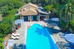 Фасад дома. Греция, Карниарис : Роскошная вилла с большим бассейном и зеленым двориком с барбекю, 3 спальни, 3 ванные комнаты, парковка, Wi-Fi