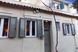 Фасад дома. Греция, Керкира : Каменный дом в центре Керкира, 2 спальни, 2 ванные комнаты, терраса, Wi-Fi
