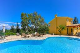 Бассейн. Греция, Синиес : Очаровательная вилла с бассейном и зеленым двориком с барбекю, 3 спальни, 2 ванные комнаты, парковка, Wi-Fi