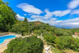 Территория. Греция, Синиес : Очаровательная вилла с бассейном и зеленым двориком с барбекю, 3 спальни, 2 ванные комнаты, парковка, Wi-Fi