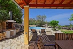 Обеденная зона. Греция, Синиес : Очаровательная вилла с бассейном и зеленым двориком с барбекю, 3 спальни, 2 ванные комнаты, парковка, Wi-Fi