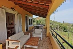 Балкон. Греция, Синиес : Очаровательная вилла с бассейном и зеленым двориком с барбекю, 3 спальни, 2 ванные комнаты, парковка, Wi-Fi