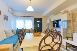 Гостиная. Греция, Синиес : Очаровательная вилла с бассейном и зеленым двориком с барбекю, 3 спальни, 2 ванные комнаты, парковка, Wi-Fi
