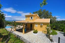 Фасад дома. Греция, Синиес : Очаровательная вилла с бассейном и зеленым двориком с барбекю, 3 спальни, 2 ванные комнаты, парковка, Wi-Fi