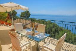 Обеденная зона. Греция, Нисаки : Уютная вилла с бассейном и шикарным видом на море, 2 спальни, 2 ванные комнаты, барбекю, парковка, Wi-Fi