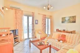Гостиная. Греция, Нисаки : Уютная вилла с бассейном и шикарным видом на море, 2 спальни, 2 ванные комнаты, барбекю, парковка, Wi-Fi