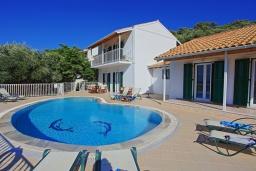 Фасад дома. Греция, Каламаки : Очаровательная вилла в 150 метрах от пляжа с бассейном и видом на море, 4 спальни, 4 ванные комнаты, барбекю, парковка, Wi-Fi