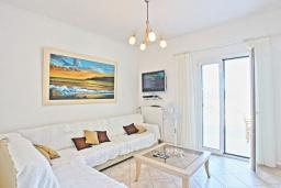 Гостиная. Греция, Каламаки : Очаровательная вилла в 150 метрах от пляжа с бассейном и видом на море, 4 спальни, 4 ванные комнаты, барбекю, парковка, Wi-Fi