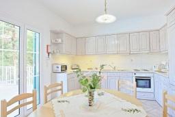 Кухня. Греция, Каламаки : Очаровательная вилла в 150 метрах от пляжа с бассейном и видом на море, 4 спальни, 4 ванные комнаты, барбекю, парковка, Wi-Fi