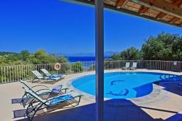 Бассейн. Греция, Каламаки : Очаровательная вилла в 150 метрах от пляжа с бассейном и видом на море, 4 спальни, 4 ванные комнаты, барбекю, парковка, Wi-Fi