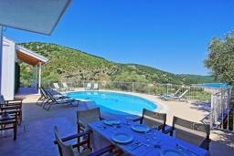 Обеденная зона. Греция, Каламаки : Очаровательная вилла в 150 метрах от пляжа с бассейном и видом на море, 4 спальни, 4 ванные комнаты, барбекю, парковка, Wi-Fi