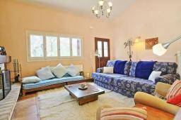 Гостиная. Греция, Поуладес : Уютная вилла с бассейном и зеленым двориком с барбекю, 4 спальни, 3 ванные комнаты, парковка, Wi-Fi