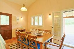 Обеденная зона. Греция, Поуладес : Уютная вилла с бассейном и зеленым двориком с барбекю, 4 спальни, 3 ванные комнаты, парковка, Wi-Fi