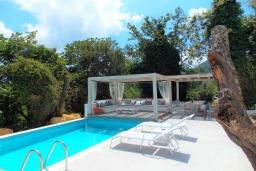 Зона отдыха у бассейна. Греция, Айос Прокопиос : Уютная вилла с бассейном и приватным двориком, 3 спальни, 3 ванные комнаты, джакузи, парковка, Wi-Fi