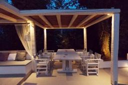 Обеденная зона. Греция, Айос Прокопиос : Уютная вилла с бассейном и приватным двориком, 3 спальни, 3 ванные комнаты, джакузи, парковка, Wi-Fi