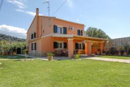 Фасад дома. Греция, Сидари : Прекрасная вилла с бассейном и большим зеленым садом с барбекю, 3 спальни, 3 ванные комнаты, парковка, Wi-Fi