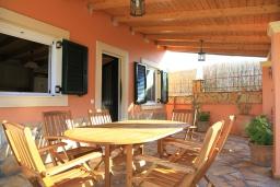 Обеденная зона. Греция, Сидари : Прекрасная вилла с бассейном и большим зеленым садом с барбекю, 3 спальни, 3 ванные комнаты, парковка, Wi-Fi