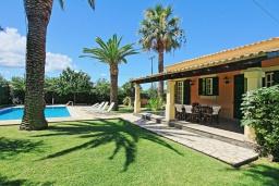 Фасад дома. Греция, Альмирос : Уютная вилла в 300 метрах от пляжа с бассейном и зеленым двориком с барбекю, 3 спальни, 2 ванные комнаты, парковка, Wi-Fi