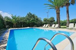 Бассейн. Греция, Альмирос : Уютная вилла в 300 метрах от пляжа с бассейном и зеленым двориком с барбекю, 3 спальни, 2 ванные комнаты, парковка, Wi-Fi