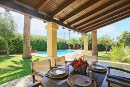 Обеденная зона. Греция, Альмирос : Уютная вилла в 300 метрах от пляжа с бассейном и зеленым двориком с барбекю, 3 спальни, 2 ванные комнаты, парковка, Wi-Fi