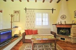 Гостиная. Греция, Альмирос : Уютная вилла в 300 метрах от пляжа с бассейном и зеленым двориком с барбекю, 3 спальни, 2 ванные комнаты, парковка, Wi-Fi