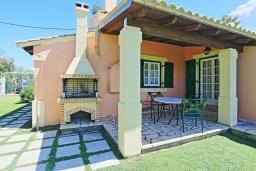 Терраса. Греция, Альмирос : Уютная вилла в 300 метрах от пляжа с бассейном и зеленым двориком с барбекю, 3 спальни, 2 ванные комнаты, парковка, Wi-Fi