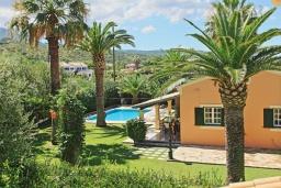 Территория. Греция, Альмирос : Уютная вилла в 300 метрах от пляжа с бассейном и зеленым двориком с барбекю, 3 спальни, 2 ванные комнаты, парковка, Wi-Fi