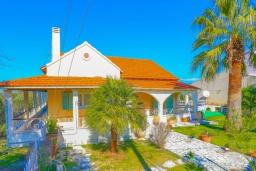 Фасад дома. Греция, Нимфес : Уютная вилла с зеленым двориком и барбекю, 4 спальни, 3 ванные комнаты, парковка, Wi-Fi