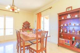 Обеденная зона. Греция, Нимфес : Уютная вилла с зеленым двориком и барбекю, 4 спальни, 3 ванные комнаты, парковка, Wi-Fi