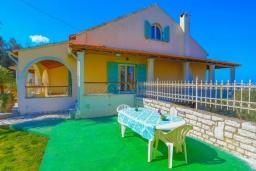 Территория. Греция, Нимфес : Уютная вилла с зеленым двориком и барбекю, 4 спальни, 3 ванные комнаты, парковка, Wi-Fi