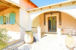 Терраса. Греция, Нимфес : Уютная вилла с зеленым двориком и барбекю, 4 спальни, 3 ванные комнаты, парковка, Wi-Fi