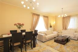Гостиная. Греция, Потамос : Современная вилла с зеленым двориком и барбекю, 3 спальни, 2 ванные комнаты, парковка, Wi-Fi