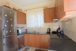 Кухня. Греция, Потамос : Современная вилла с зеленым двориком и барбекю, 3 спальни, 2 ванные комнаты, парковка, Wi-Fi