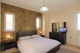 Спальня. Греция, Потамос : Современная вилла с зеленым двориком и барбекю, 3 спальни, 2 ванные комнаты, парковка, Wi-Fi