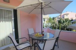Обеденная зона. Греция, Потамос : Современная вилла с зеленым двориком и барбекю, 3 спальни, 2 ванные комнаты, парковка, Wi-Fi