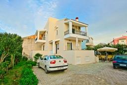 Фасад дома. Греция, Потамос : Современная вилла с зеленым двориком и барбекю, 3 спальни, 2 ванные комнаты, парковка, Wi-Fi