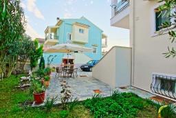 Территория. Греция, Потамос : Современная вилла с зеленым двориком и барбекю, 3 спальни, 2 ванные комнаты, парковка, Wi-Fi