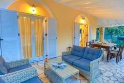 Патио. Греция, Айос Спиридон : Роскошная вилла с большим бассейном, зеленым двориком и барбекю, 4 спальни, 3 ванные комнаты, парковка, Wi-Fi