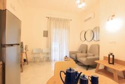 Гостиная. Греция, Айос Спиридон : Роскошная вилла с большим бассейном, зеленым двориком и барбекю, 4 спальни, 3 ванные комнаты, парковка, Wi-Fi