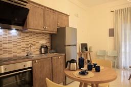 Кухня. Греция, Айос Спиридон : Роскошная вилла с большим бассейном, зеленым двориком и барбекю, 4 спальни, 3 ванные комнаты, парковка, Wi-Fi