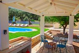 Обеденная зона. Греция, Айос Спиридон : Роскошная вилла с большим бассейном, зеленым двориком и барбекю, 4 спальни, 3 ванные комнаты, парковка, Wi-Fi
