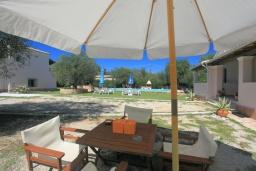 Обеденная зона. Греция, Агнос : Уютная вилла с бассейном, зеленой лужайкой, джакузи, барбекю, 2 спальни, 2 ванные комнаты, парковка, Wi-Fi