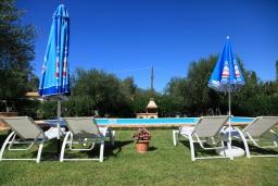 Зона отдыха у бассейна. Греция, Агнос : Уютная вилла с бассейном, зеленой лужайкой, джакузи, барбекю, 2 спальни, 2 ванные комнаты, парковка, Wi-Fi